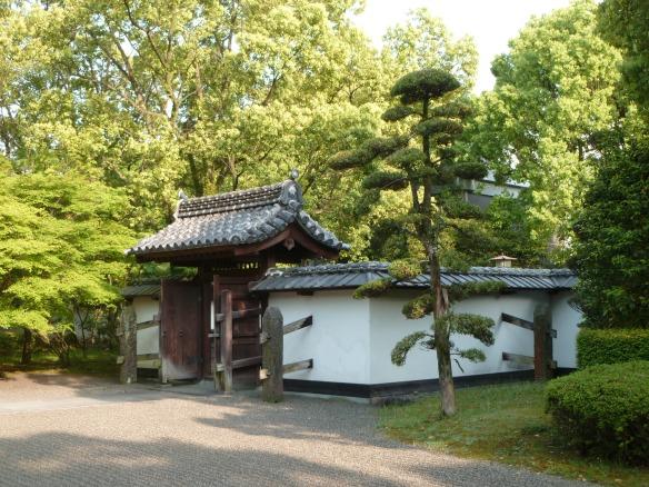 La porte typique d'une maison de samurai, avec le mur d'enceinte.