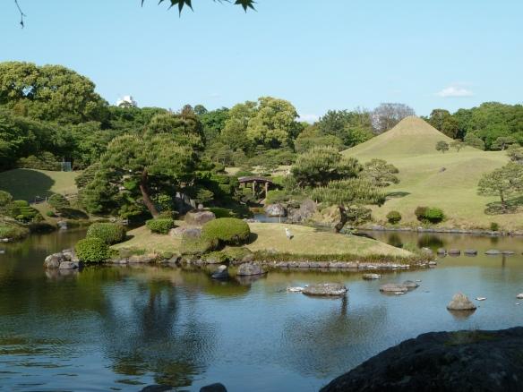 Vue générale du jardin. On retrouve le lac Biwa, et au fond le dôme quasi-parfait du Fuji-san (Mont Fuji).