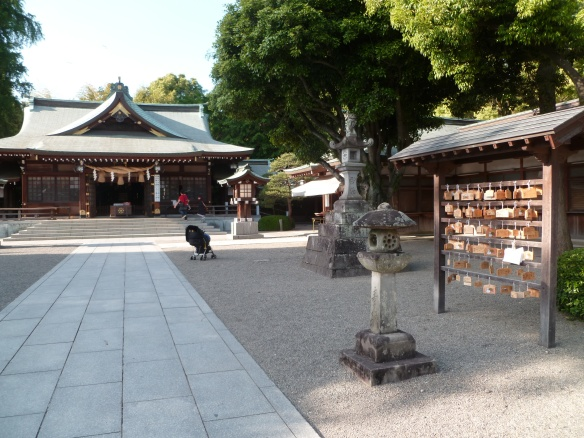 Le sanctuaire Izumi. Devinez à qui est la poussette qui est restée 1/4h à l'abandon pile devant le sanctuaire? ... ... Aux touristes chinois, gagné!