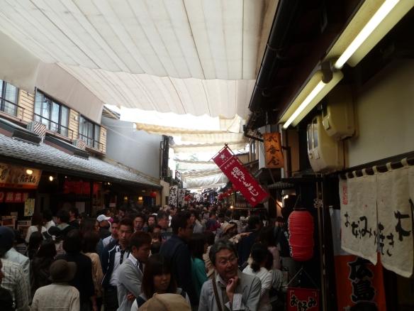 La rue commerçante principale de Miyajima le midi : comme pour Hiroshima, évitez absolument la Golden Week si vous pouvez!