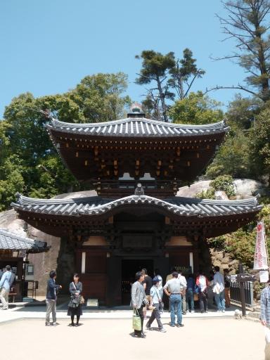 Le Reikad, dans lequel la Kiezu-no-hi (la Flamme Eternelle) brûle depuis 1200 ans. C'est à dire depuis l'époque du moine Kobo Daishi. C'est aussi le temple sensé renforcer les liens de couple.