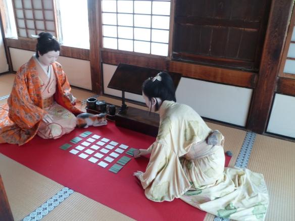 Une scène de vie de Senhime, jouant aux cartes.