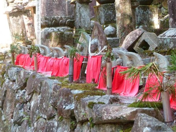 Une ligne de statues de Jizô, qu'on trouve en quantité dans Okunoin.