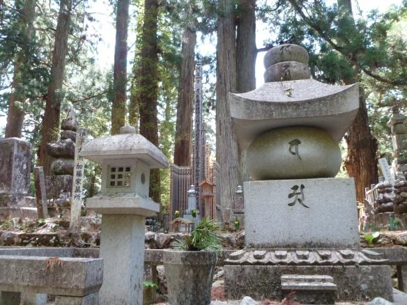Dans la secte Shingon, les éléments sont représentés ainsi (de bas en haut dans la photo): le carré = la terre; la boule = l'eau; le triangle = le feu; la demi-lune = le vent; la larme = le ciel.