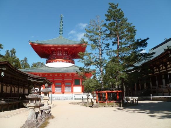 Vue générale, avec notamment le Miedo à gauche, le Konpon-daito au milieu (49 mètres de haut), et le Kondo à droite.