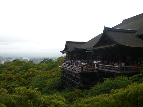 Et encore une vue très connue: le Kiyomizu dera surplombant les arbres, avec la ville de Kyoto en fond.
