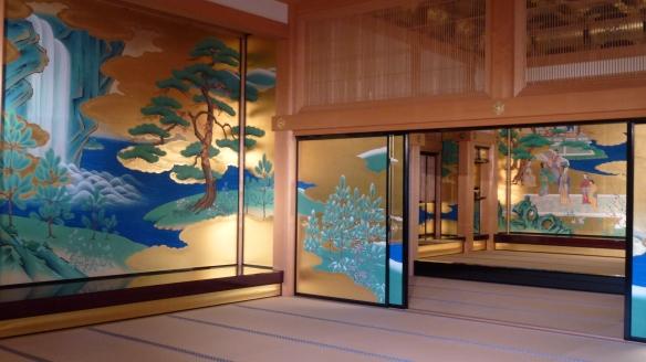 Une partie des nombreux panneaux coulissants décorés qui entourent le lieu de réception des hauts personnages par le daimyo.