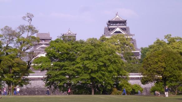 Vue depuis la parc de l'autre côté. Les longs remparts font le tour du château.