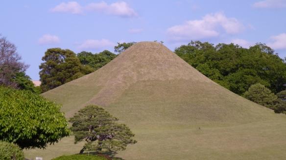 Le Mont Fuji reproduit. Même le sommet enneigé est présent, avec de l'herbe tondue plus ras.