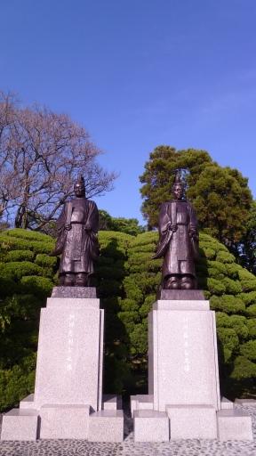 Hosokawa Tadatoshi et Hosokawa Fujitaka, 1ère et 3ème générations de la famille Hosokawa.