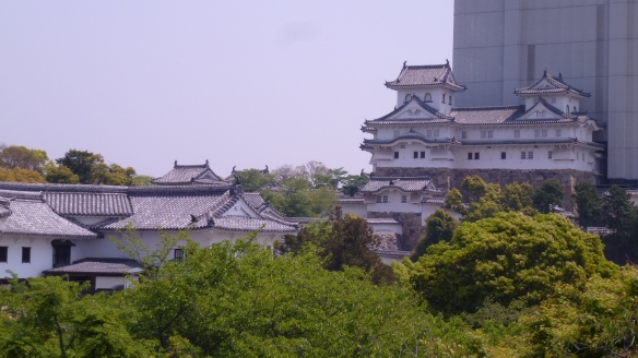 Une petite tour adjacente au donjon principal. Le château d'Himeji est souvent appelé le château du Héron, car il est blanc et semble prendre son envol (mais là évidemment ça ne se voit pas). Par contraste avec le château de Matsumoto, le château du Corbeau.