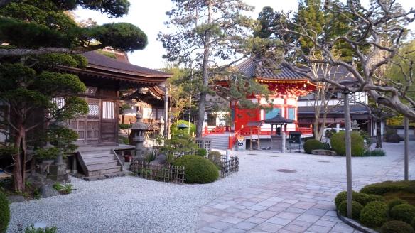 La cour intérieure du temple. On aperçoit Koyakun, la mascotte du Koyasan (il y a des mascottes pour tout et n'importe quoi au Japon).