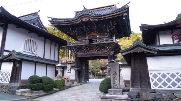 La porte d'entrée du temple qui nous logeait pendant 2 nuits, le Fugenin.