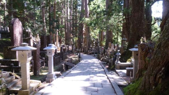 La longue allée, bordée de tombeaux et de nombreux symboles bouddhistes.