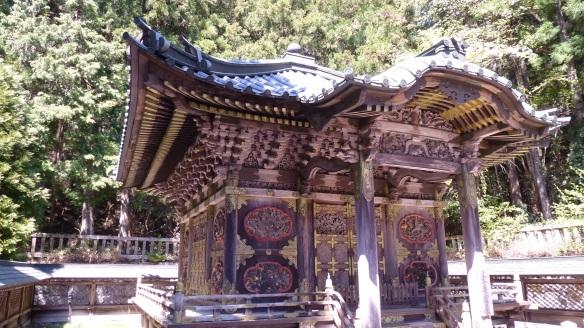Richement décorés, sculptés et dorés de toutes parts, ces mausolées illustrent bien la puissance des personnages qu'ils célèbrent.