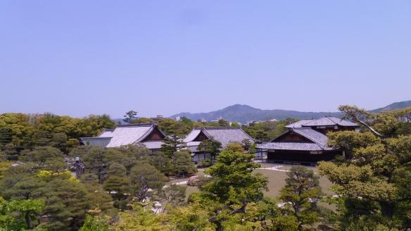 Vue d'une bonne partie des bâtiments du Nijo-jo.