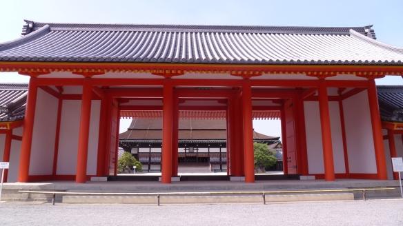 Derrière cet imposant portail rouge, le Shishinden, le plus important des bâtiments du Palais, et symbole du pouvoir impérial.