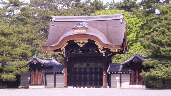 Une des monumentales portes encadrant l'enceinte du palais, s'étendant en tout sur 110.000m².