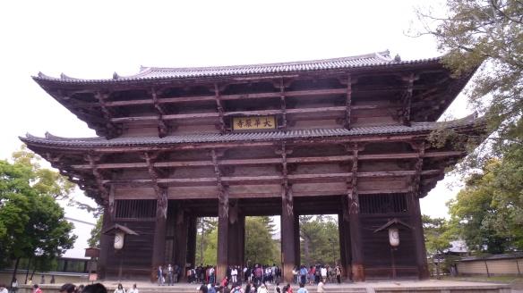 L'immense porte d'entrée du Todai-ji, comparable à la Daimon du Koyasan.